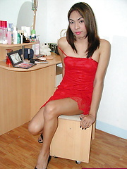 Tall t-girl playing with her tool until shooting a load of spooge